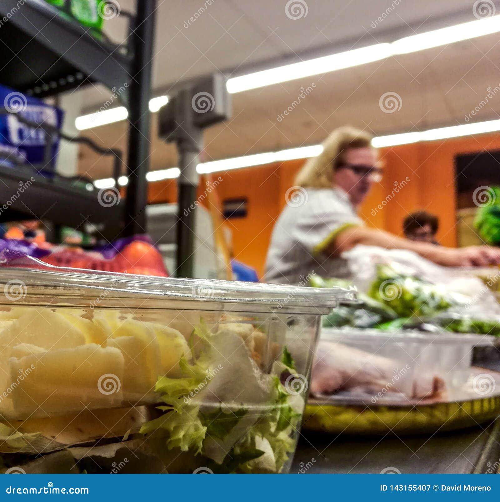 Покупатель оплачивая для продуктов на проверке Еда на конвейерной ленте на супермаркете