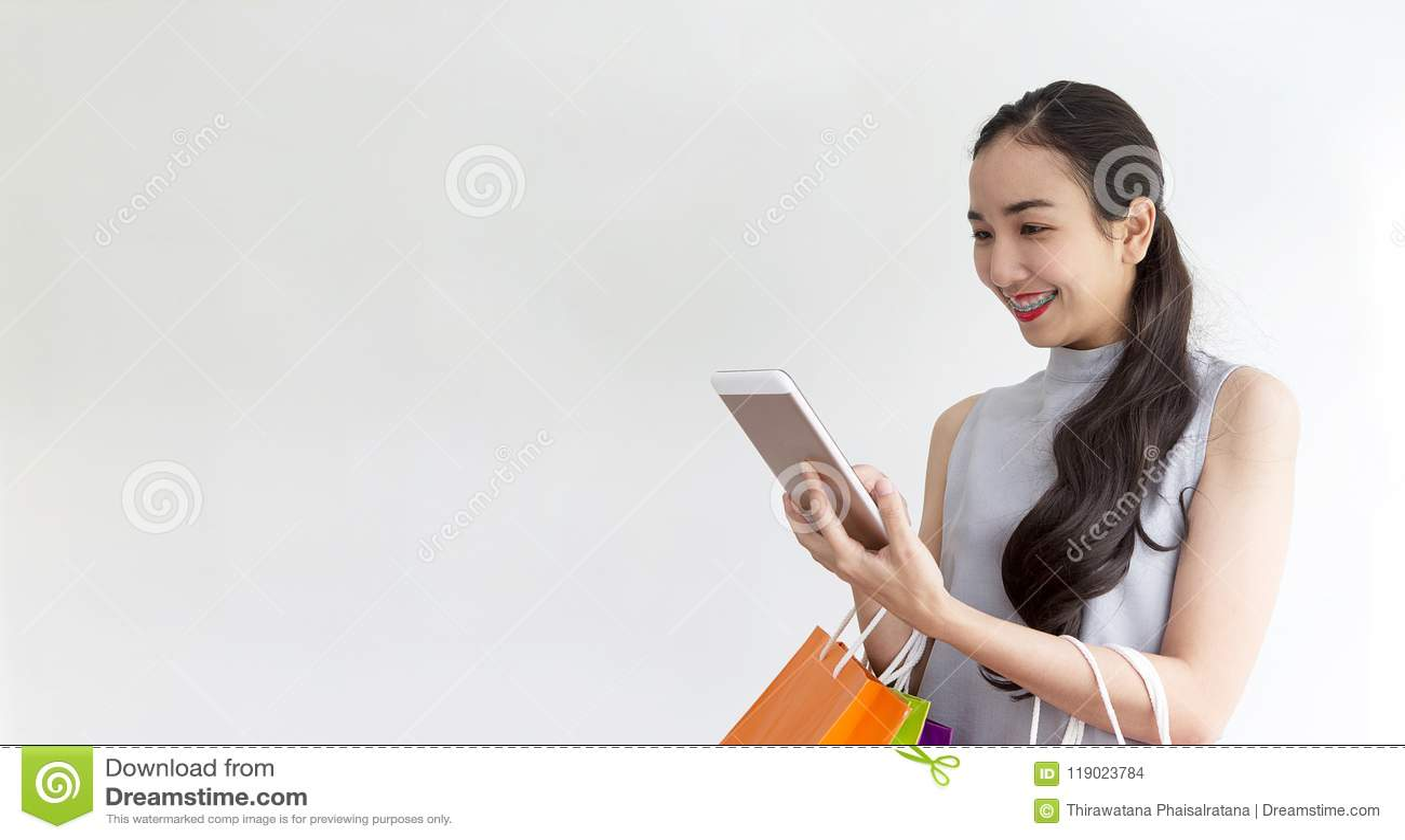 Покупать дамы онлайн с таблеткой Счастливая женщина оплачивая в кофейне smartphone Женщина приняла безконтактную оплату