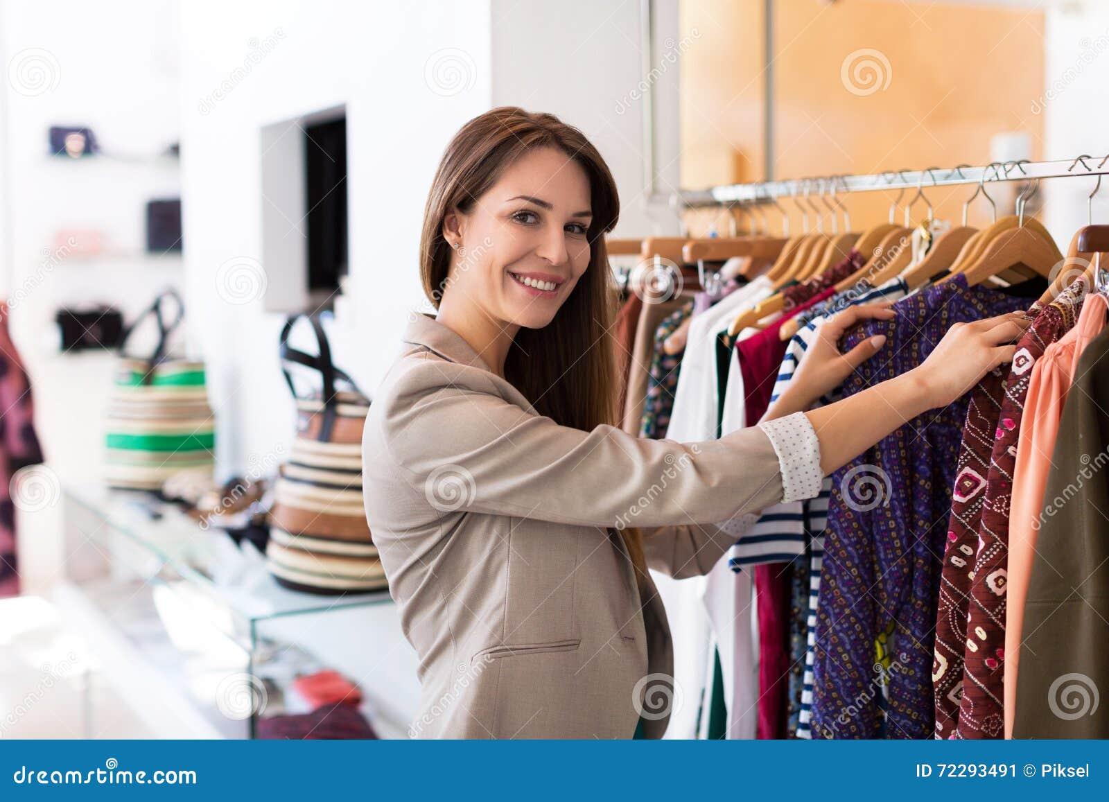 Download Покупки женщины в бутике стоковое изображение. изображение насчитывающей предприниматель - 72293491