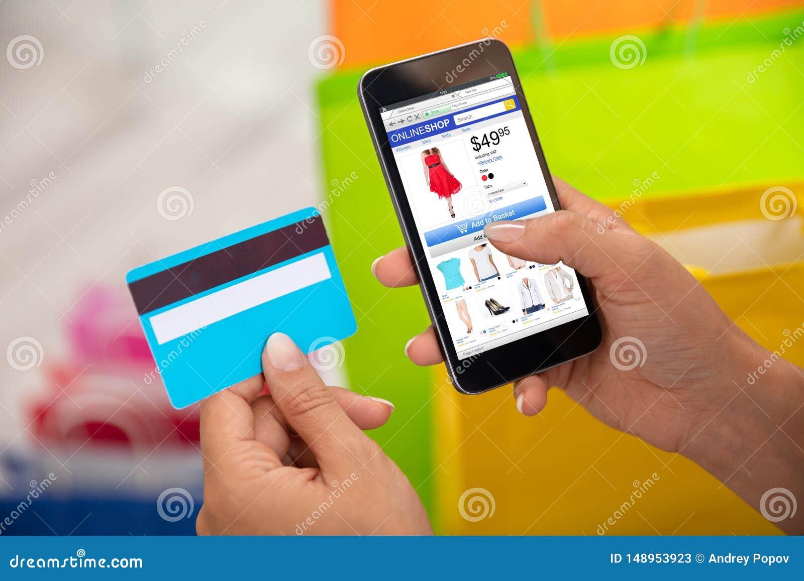 Покупки женщины онлайн на смартфоне