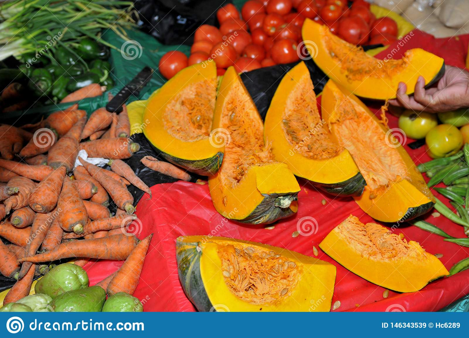 Покупки на тыкве, томатах, морковах и бамии рынка фермеров