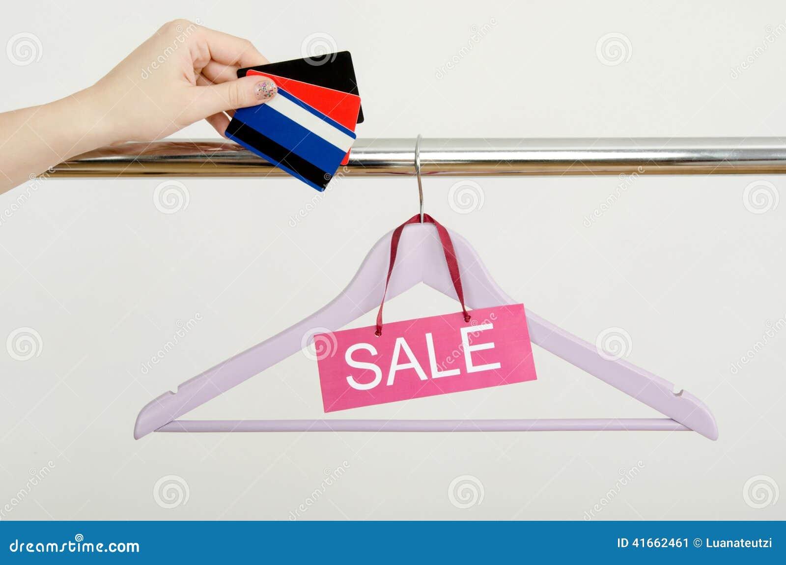 Покупки руки женщины Unrecogniazible с кредитными карточками на продаже