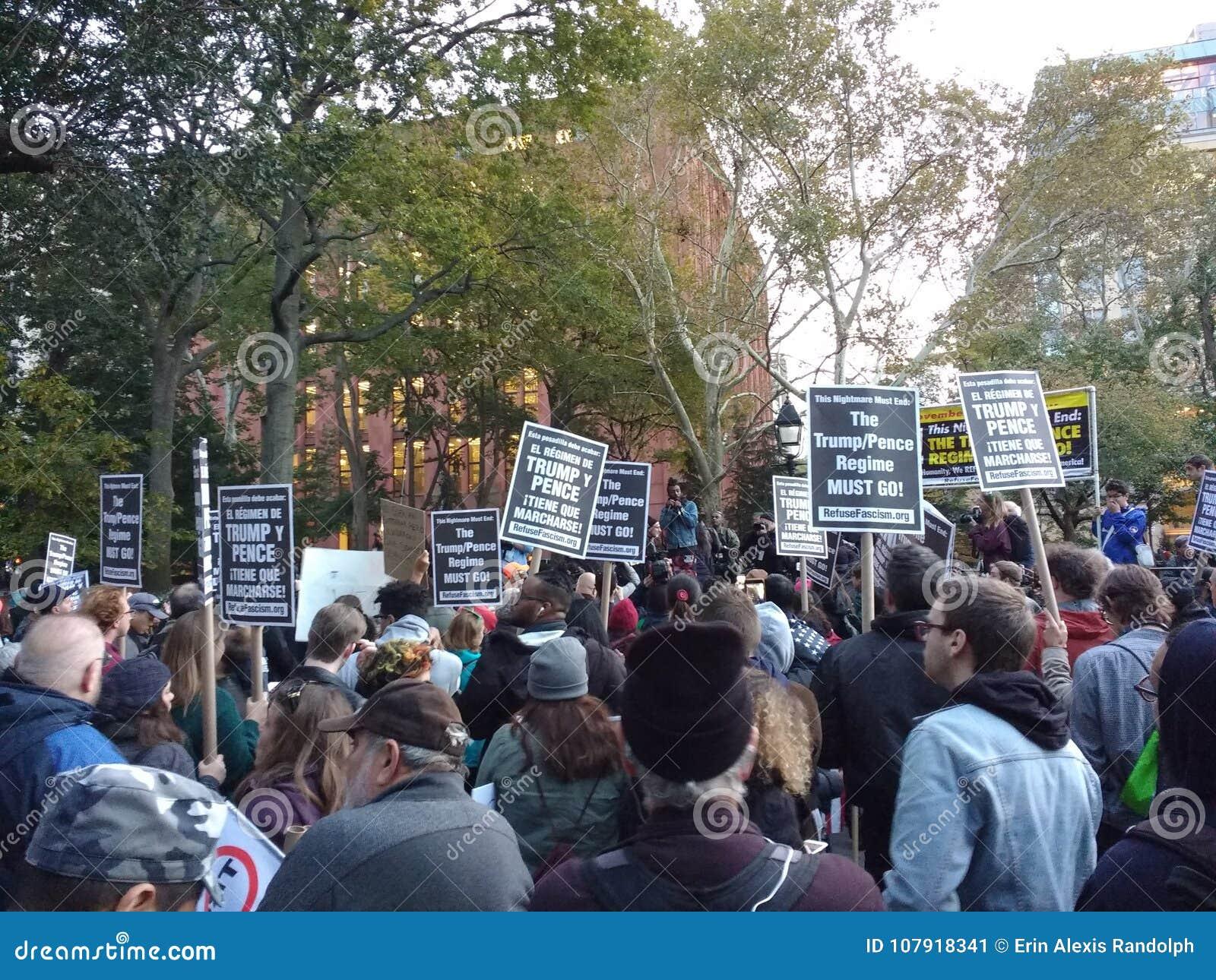 Политический митинг, протест фашизма выжимк, парк квадрата Вашингтона, NYC, NY, США