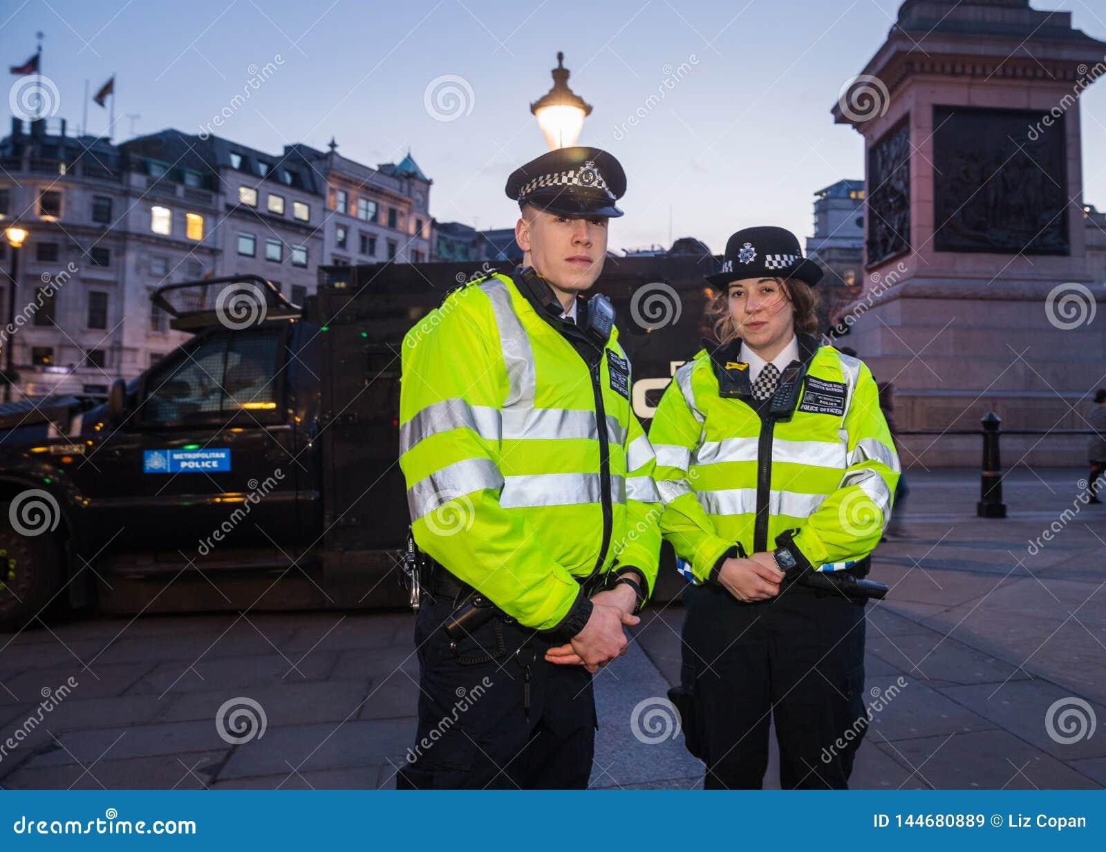 Полицейские Лондона столичные в квадрате Trafalgar