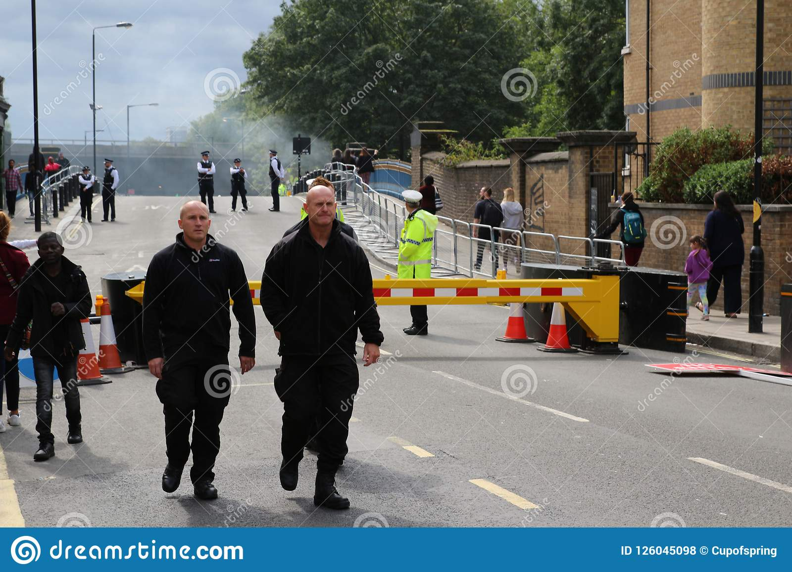 Полиция масленицы Notting Hill баррикад дорога
