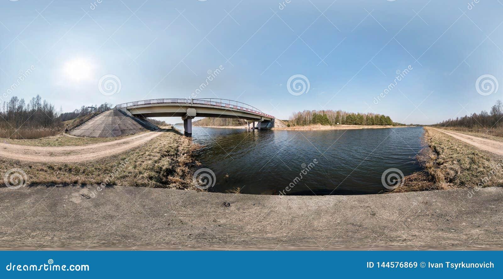 Полностью безшовная сферически панорама hdri 360 угла градусов моста взгляда на реке в солнечном дне предпосылка в equirectangula