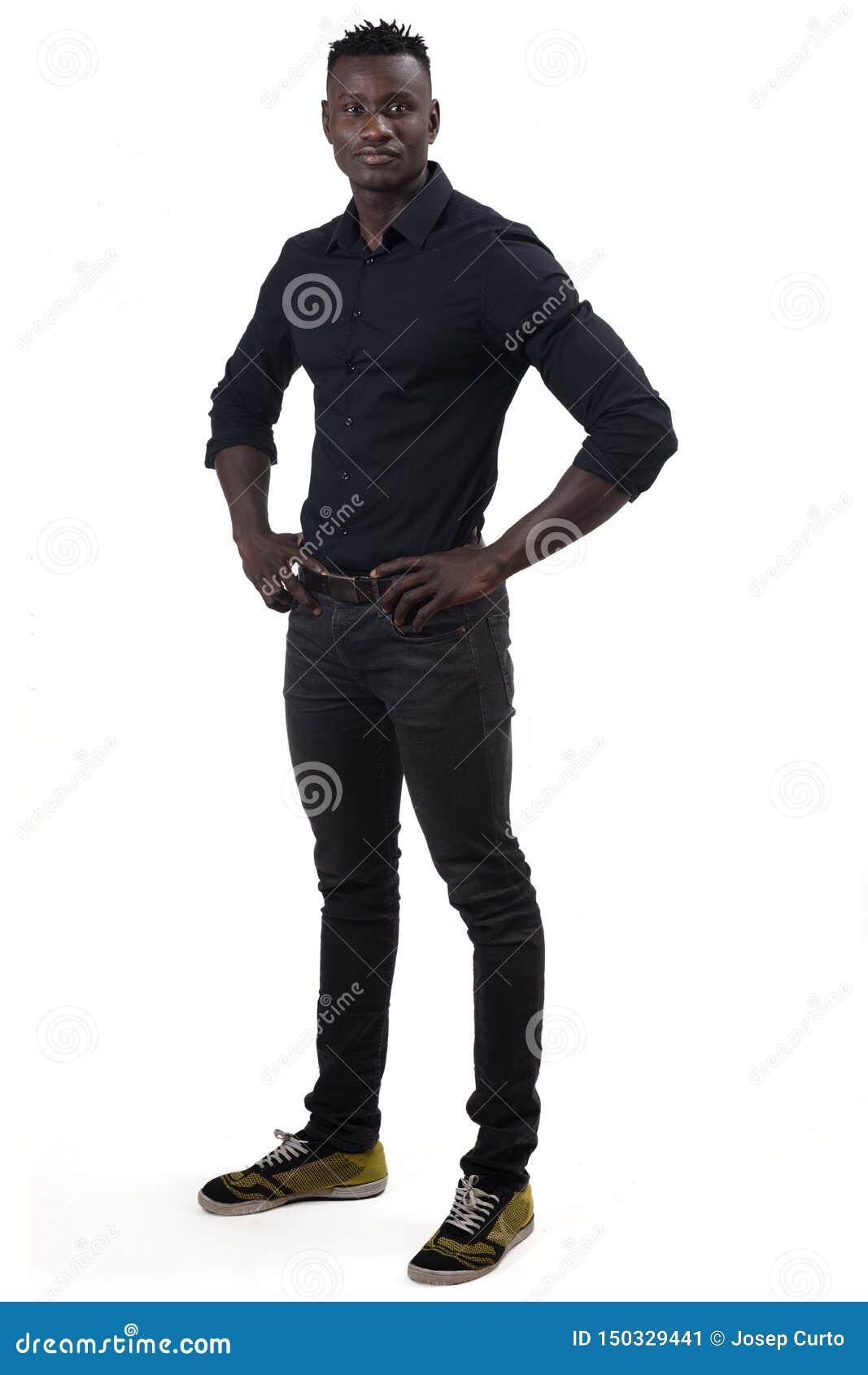 Полный портрет африканского человека на белой предпосылке