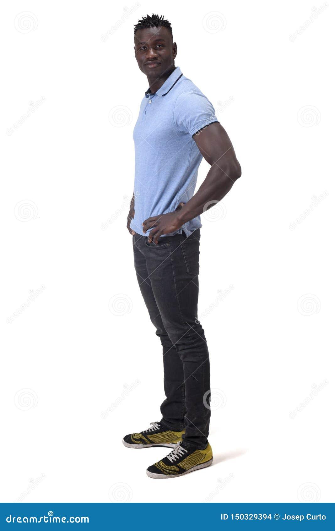 Полный портрет африканского человека с его руками на талии