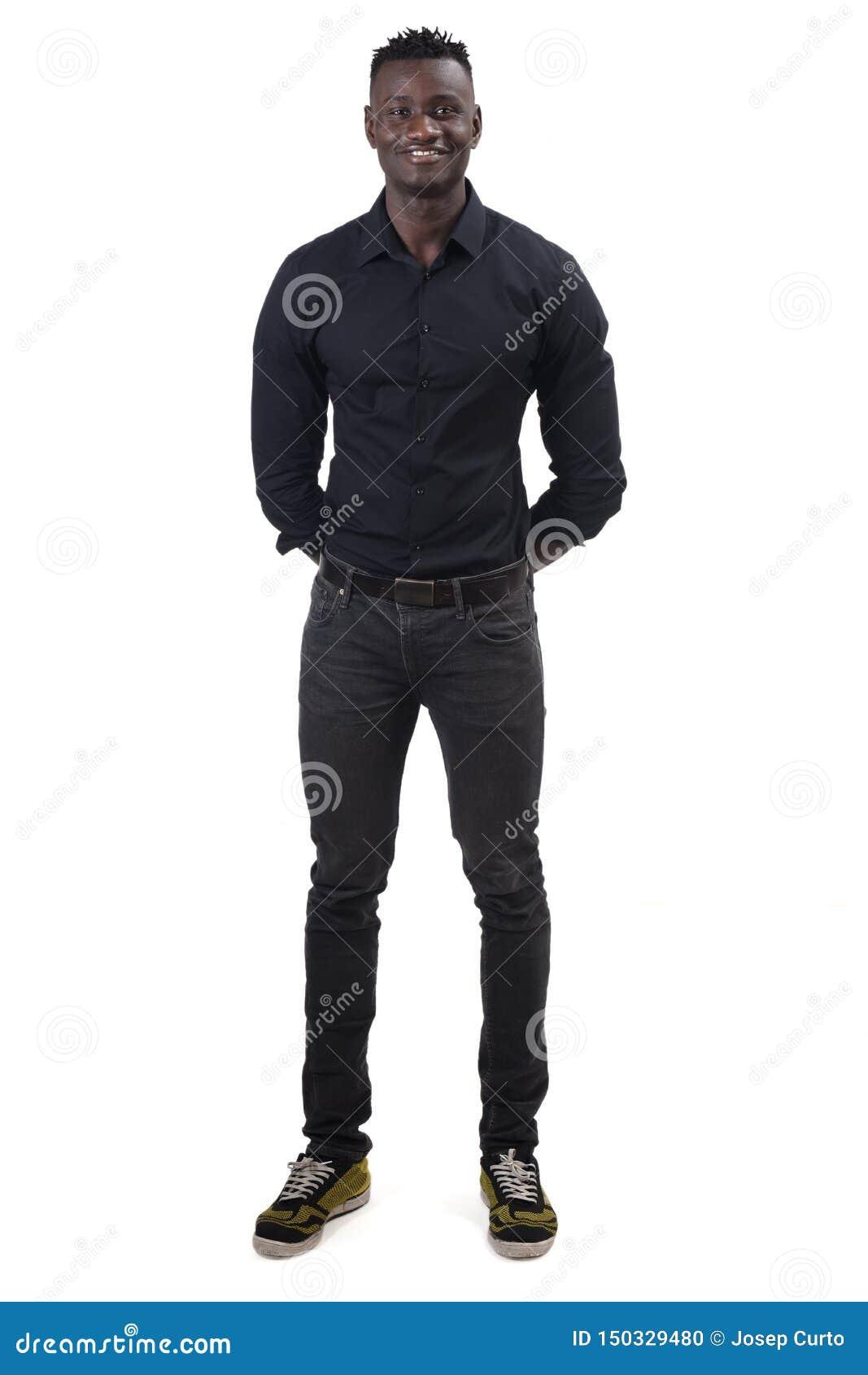 Полный портрет африканского человека с его руками пересек позади
