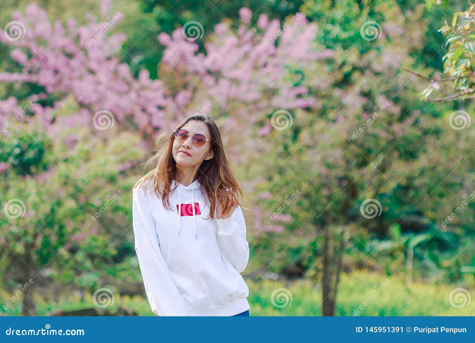 Положение женщины на лужайке