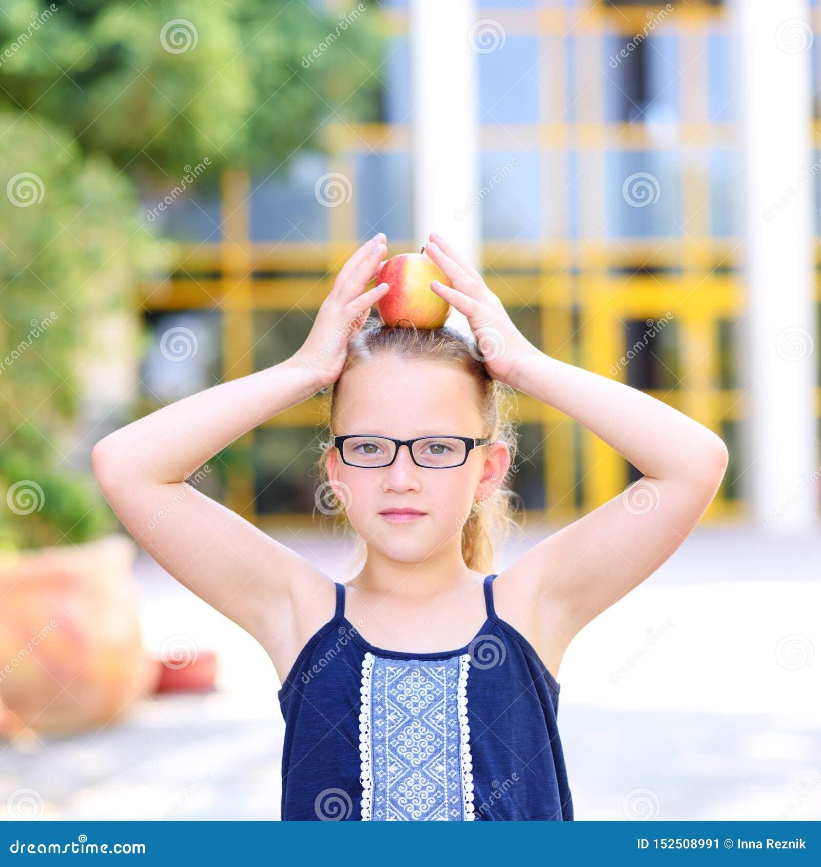 Положение маленькой девочки с Яблоком на ее голове