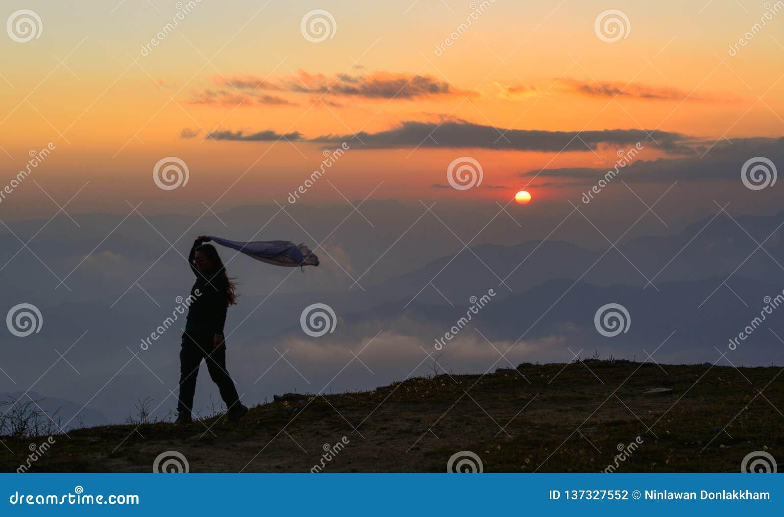 Положение молодой женщины на горе