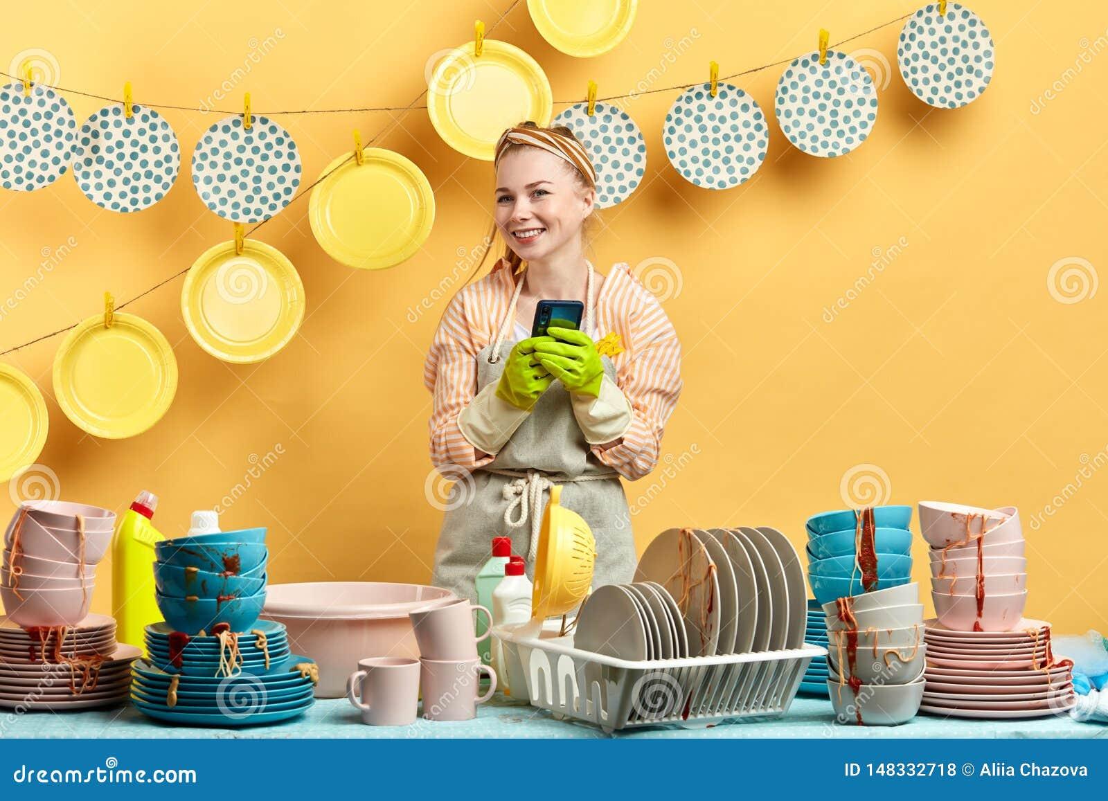 Положительная красивая белокурая женщина делая покупки онлайн