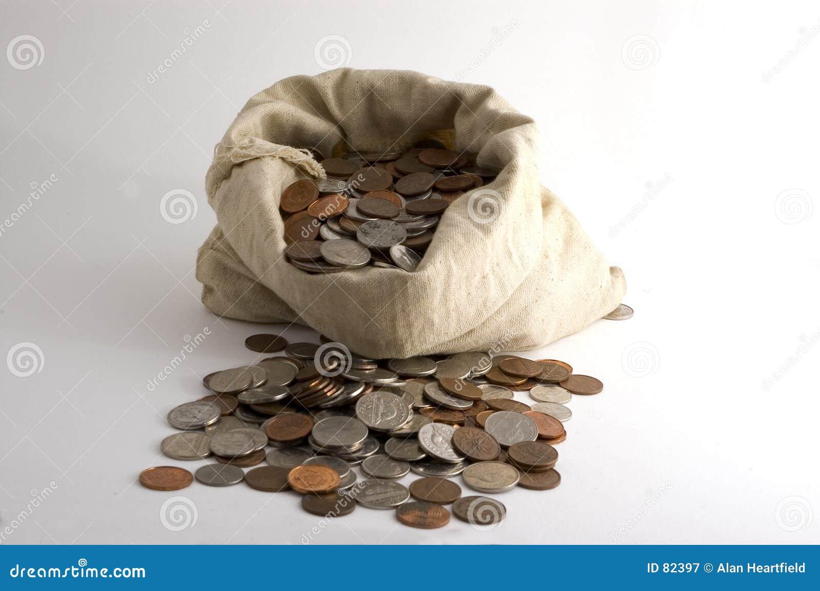 положите деньги в мешки