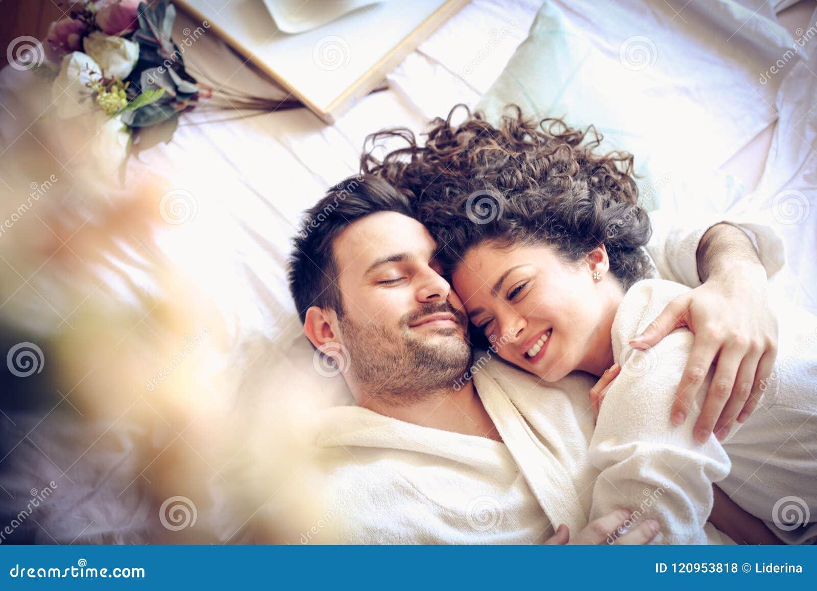 положите детенышей в постель пар счастливых