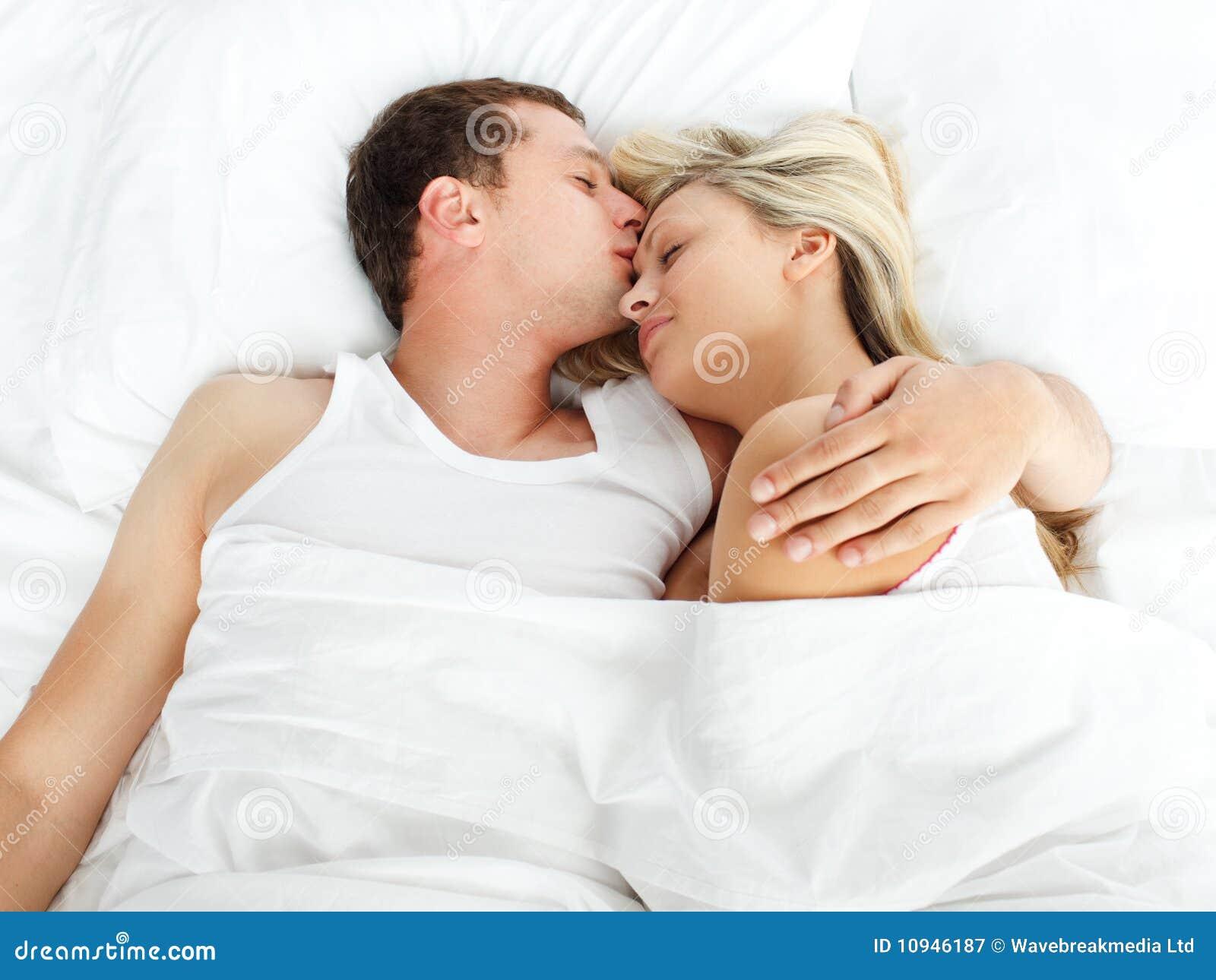 положите подругу в постель друга ее целовать