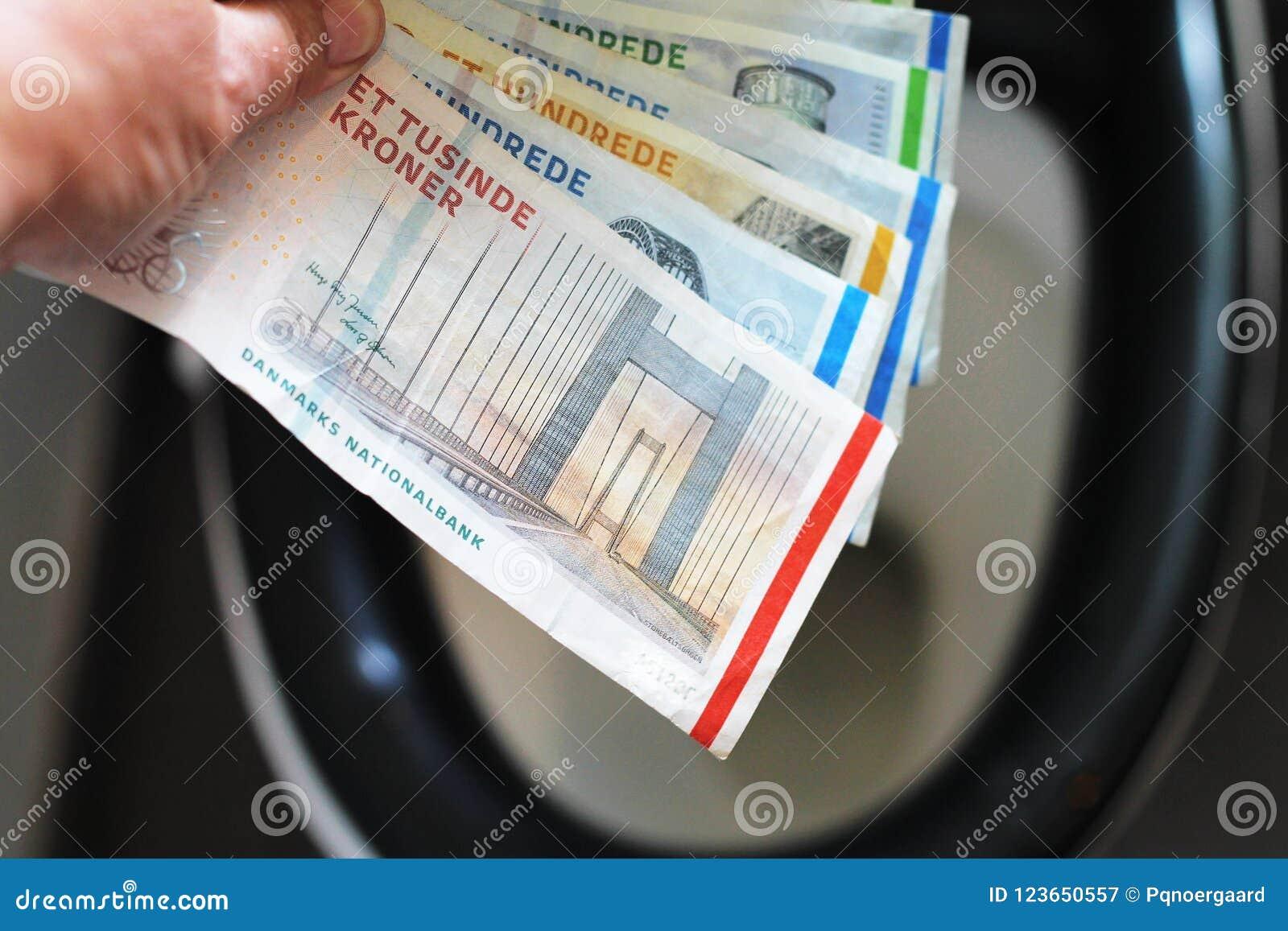 Положите счеты денег в туалет