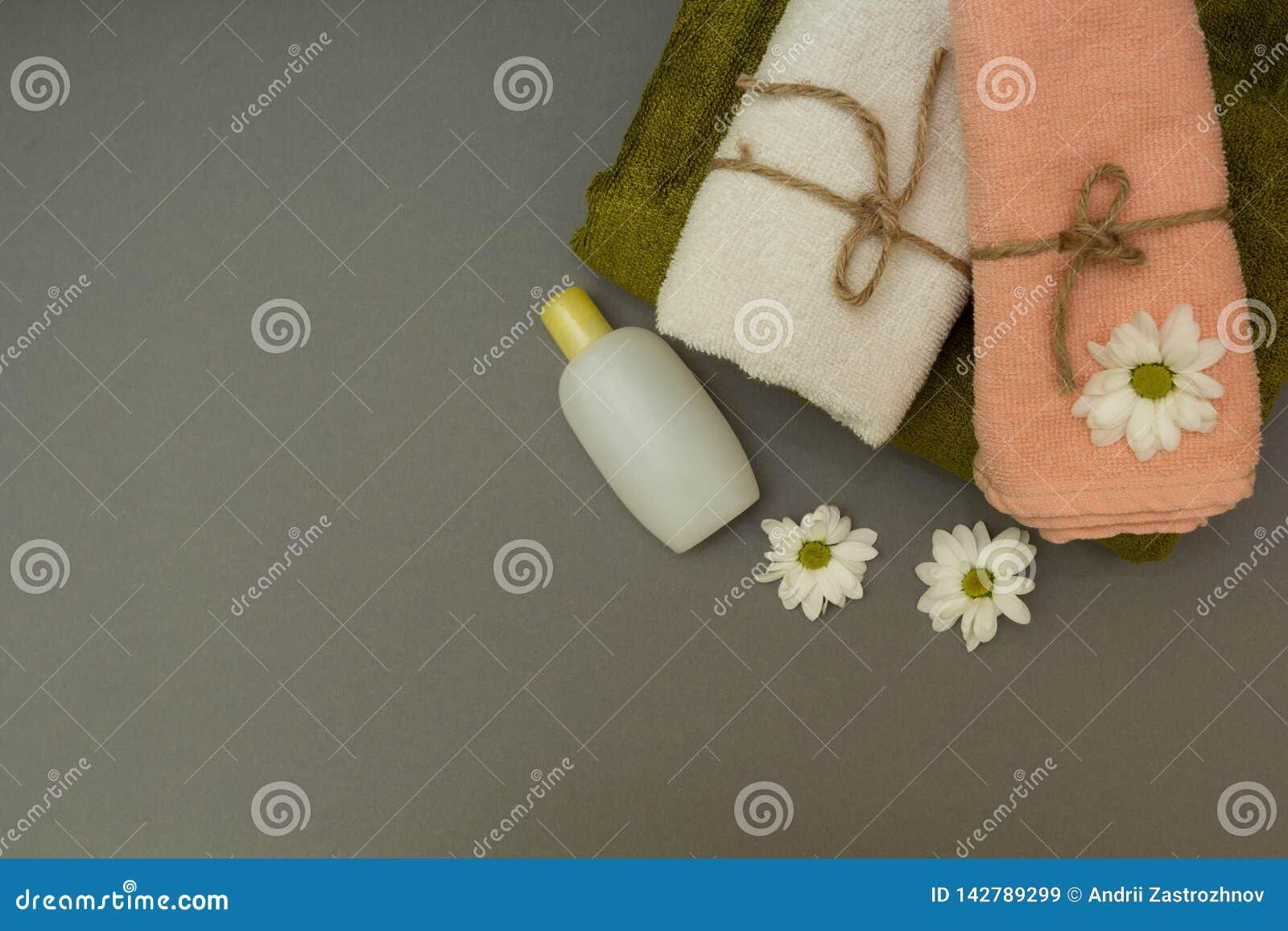 Полотенца спа и белые цветки