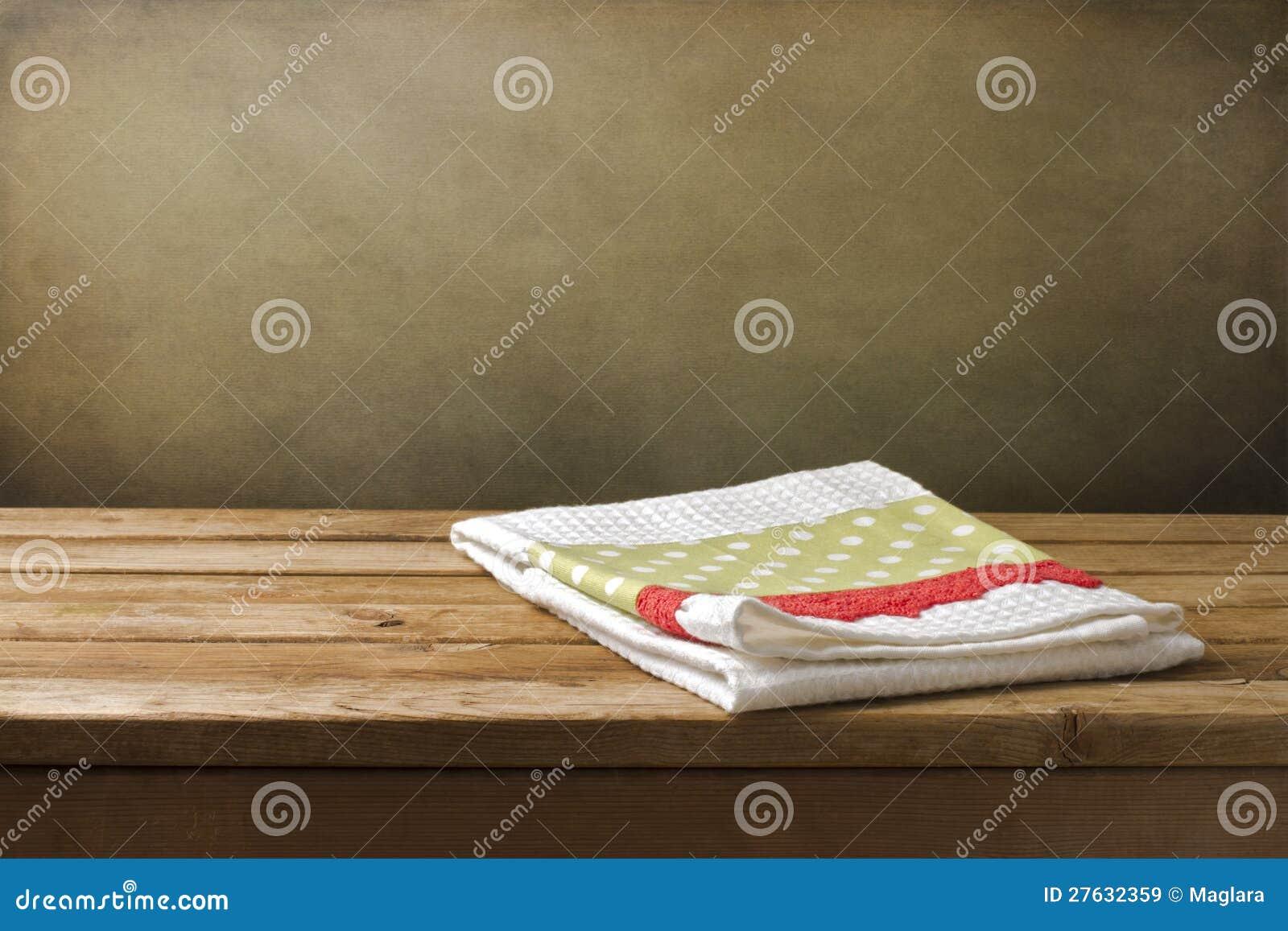 Полотенце кухни на деревянной таблице