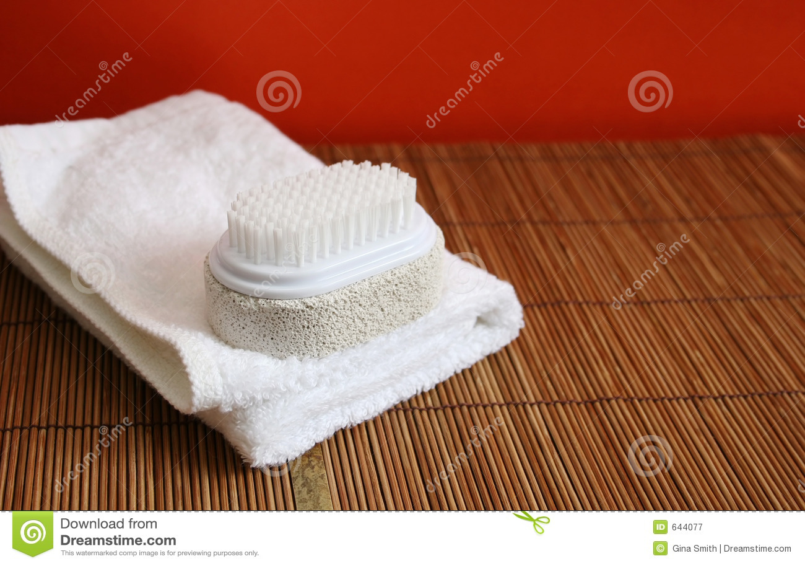 Download полотенце спы пемзы щетки стоковое изображение. изображение насчитывающей стена - 644077