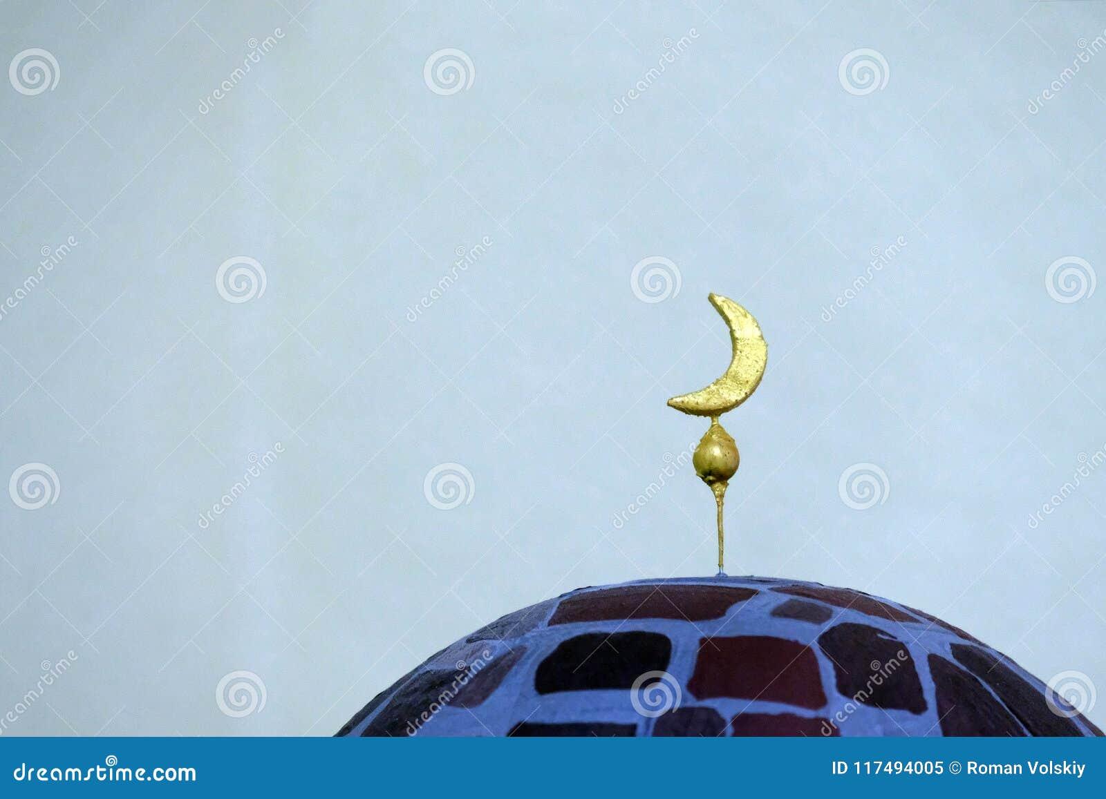 Полумесяц ручной работы на каменном минарете Конец-вверх символа исламских культуры и вероисповедания Светлая предпосылка