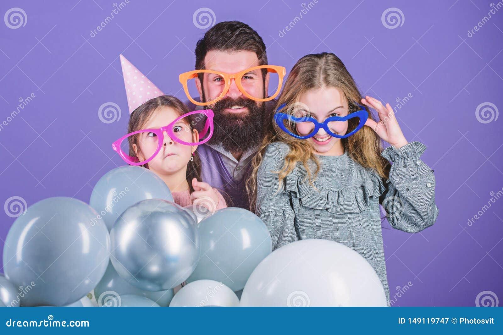 Получать смешной Семья отца и дочерей нося изумленные взгляды партии Дети отца и девушки наслаждаясь временем партии t