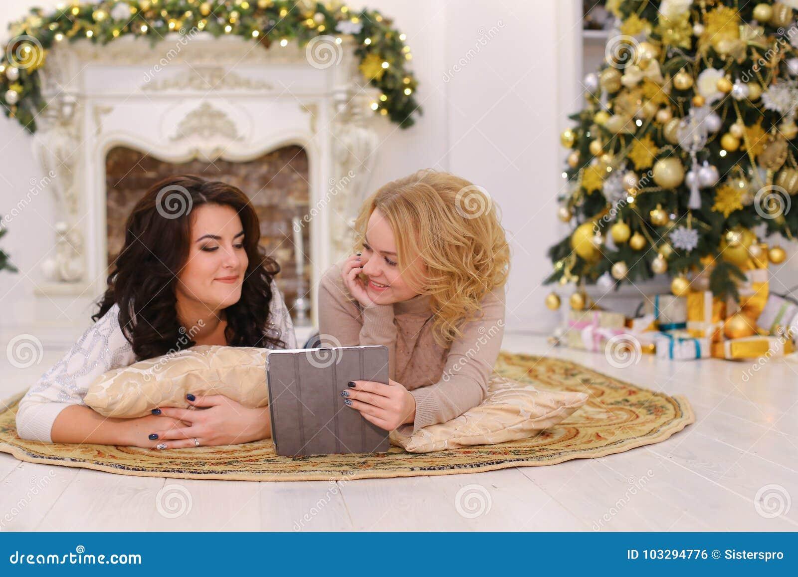 Польза современного устройства подарка 2 сестрами лежа на поле в brigh