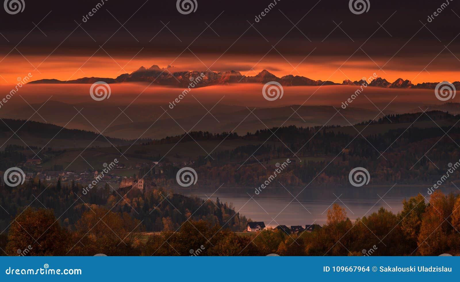 Польша, утро осени Былинный восход солнца над горами Tatry: Вид