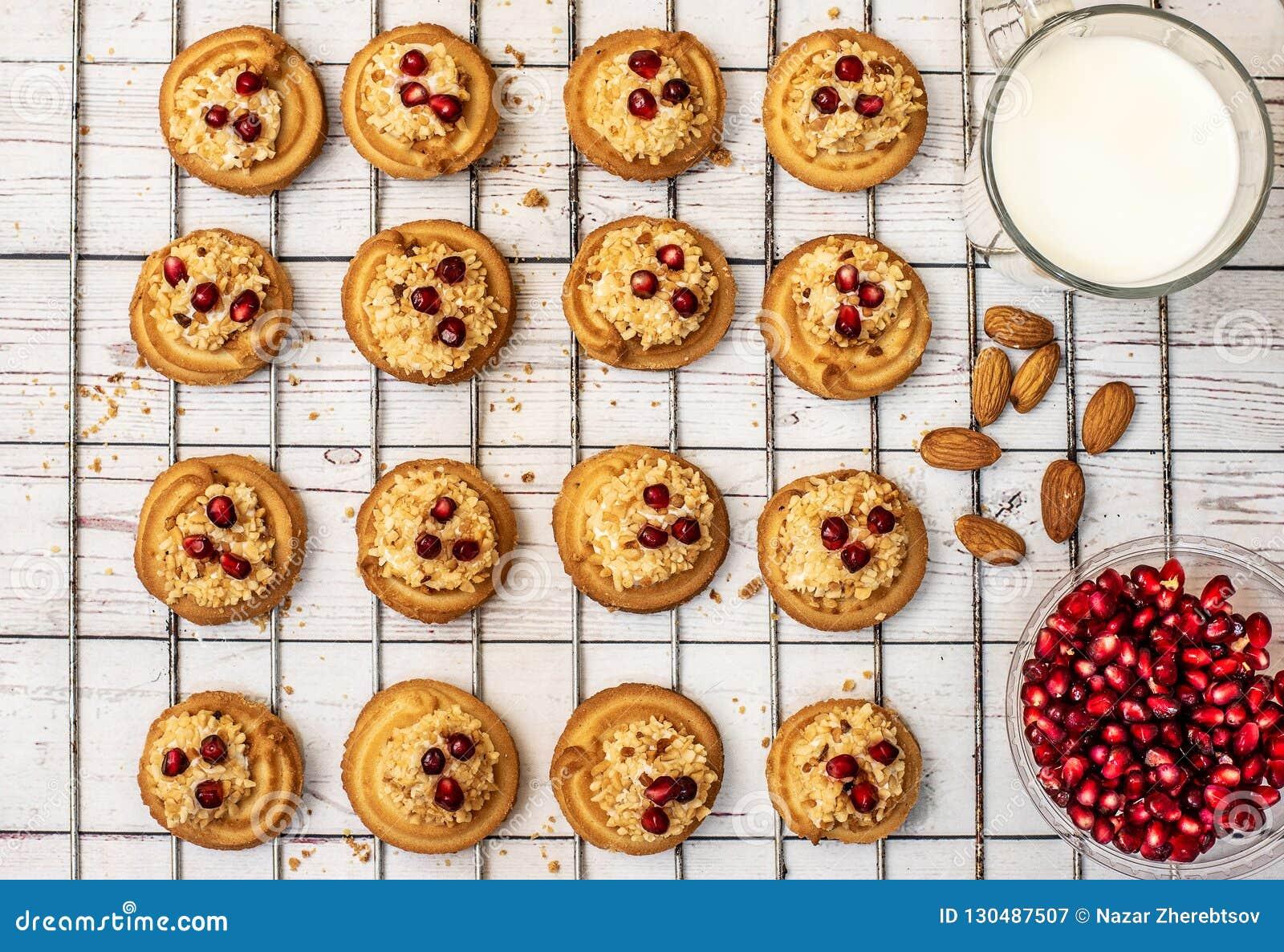 помадка десерта Печенья сливк взбрызнутые с гайками и гарнированные с семенами гранатового дерева Взгляд сверху