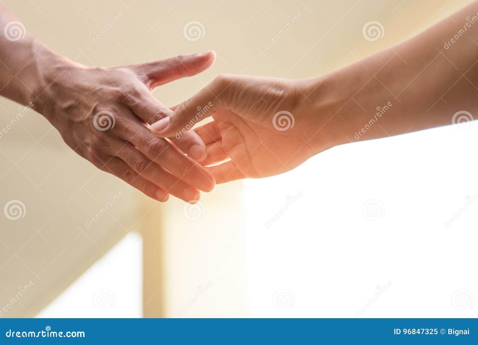 Помогите рукам концепции достигая вне для того чтобы помочь совместно
