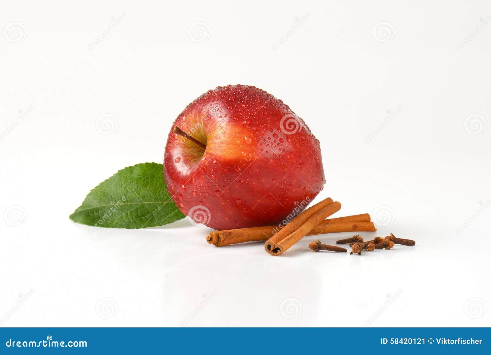 Помытые красные яблоко и специя
