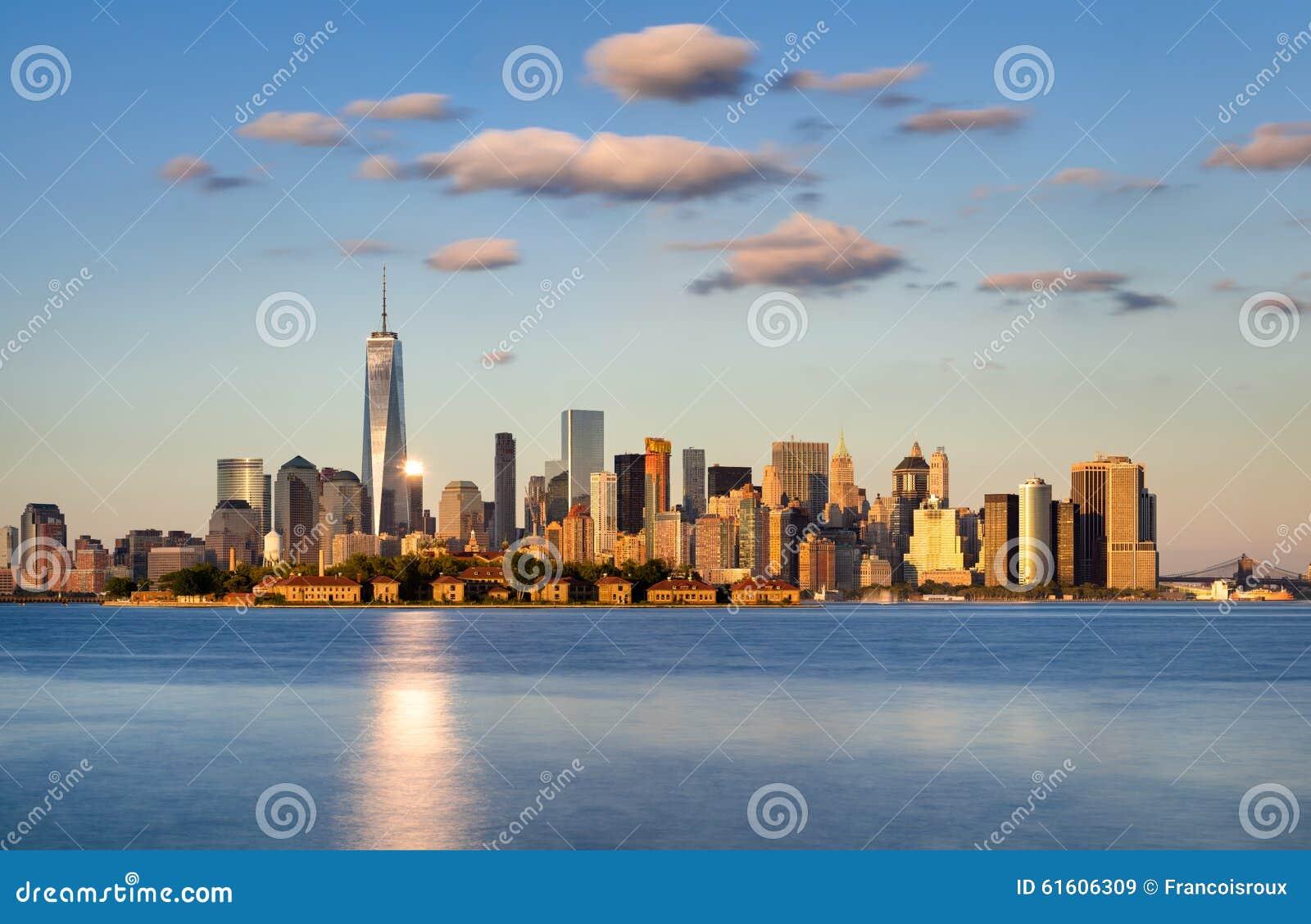 Понизьте небоскребы Манхаттана на заходе солнца горизонт york города новый
