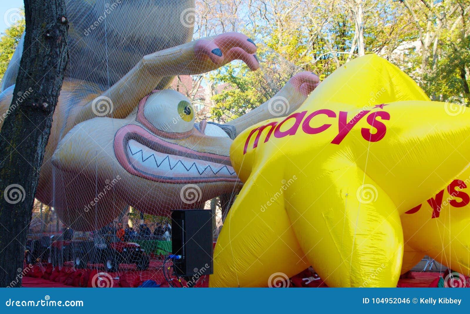 Поплавок парада благодарения ` s Macy настроил на улице в NYC