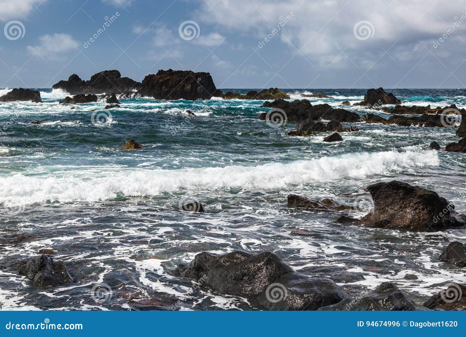 Поплавайте вдоль побережья городком Mosteiros на острове Sao Мигеля