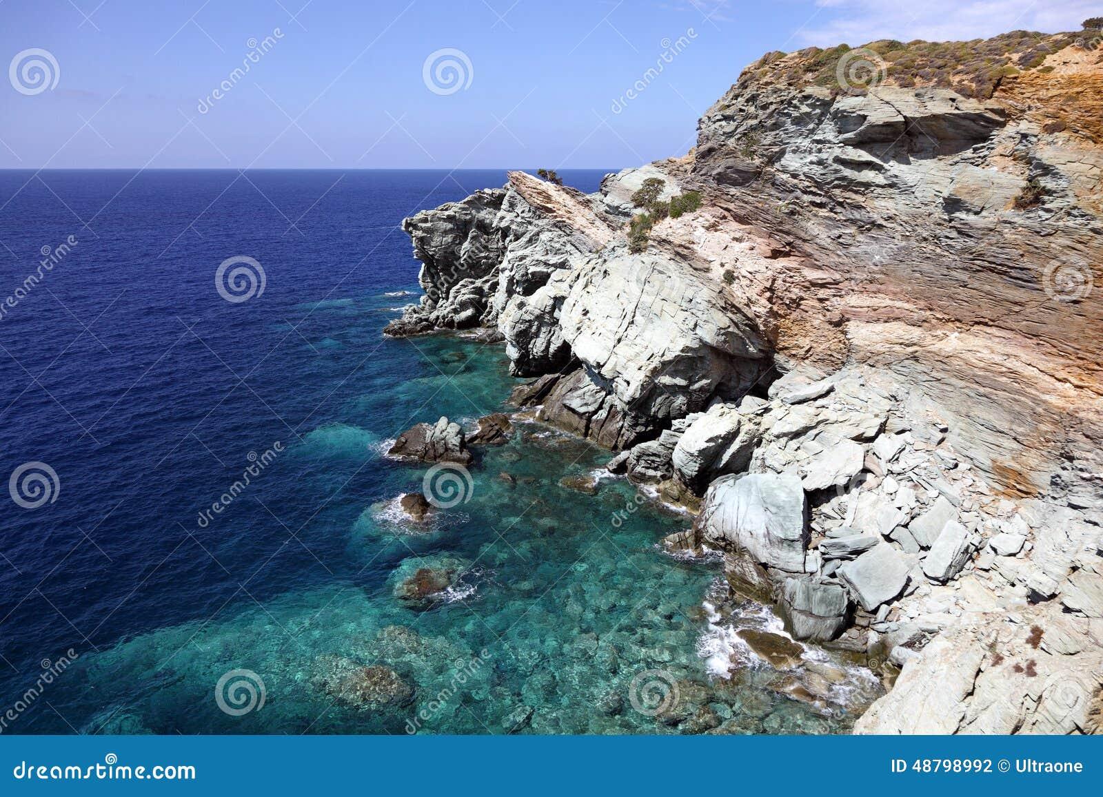 поплавайте вдоль побережья утесистое
