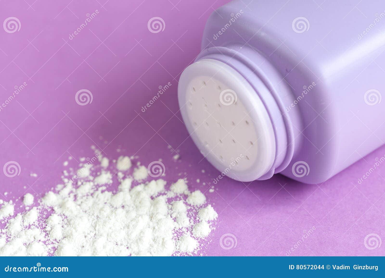 Порошок младенца на фиолетовой предпосылке