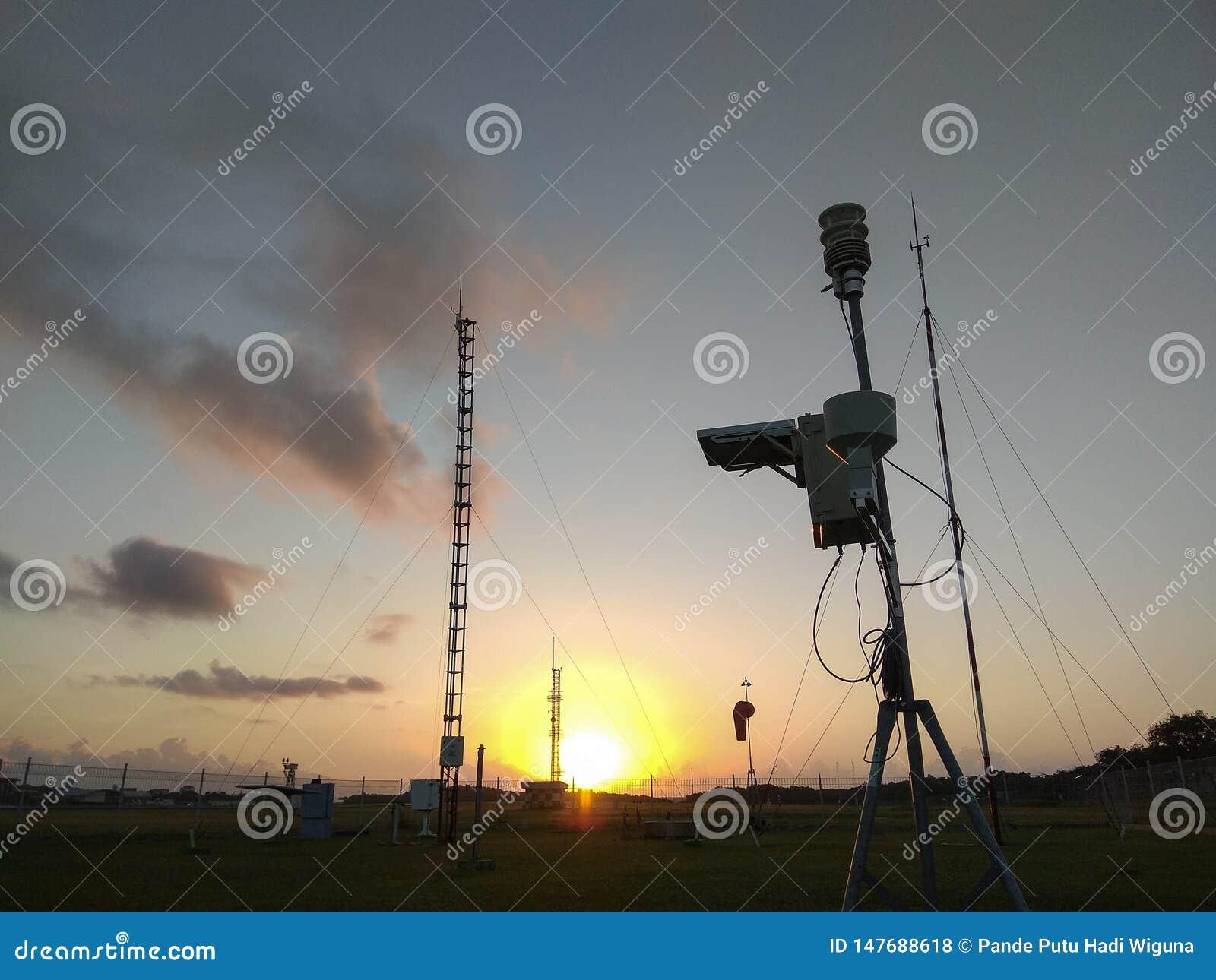 Портативная автоматическая метеорологическая станция в аэропорте Ngurah Rai под красивыми облаками altocumulus Этот инструмент им
