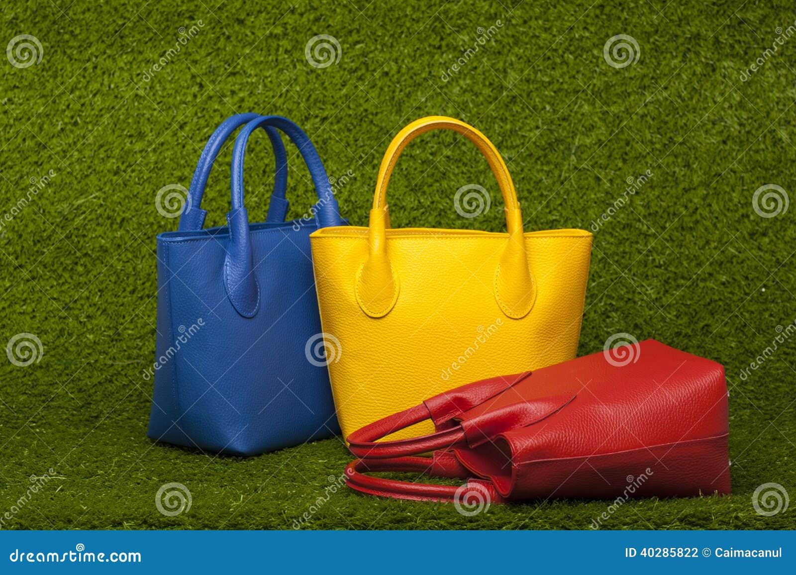 Портмона на зеленой траве