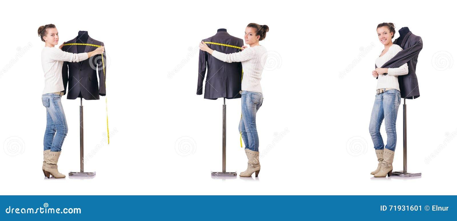 Портной женщины работая на платье