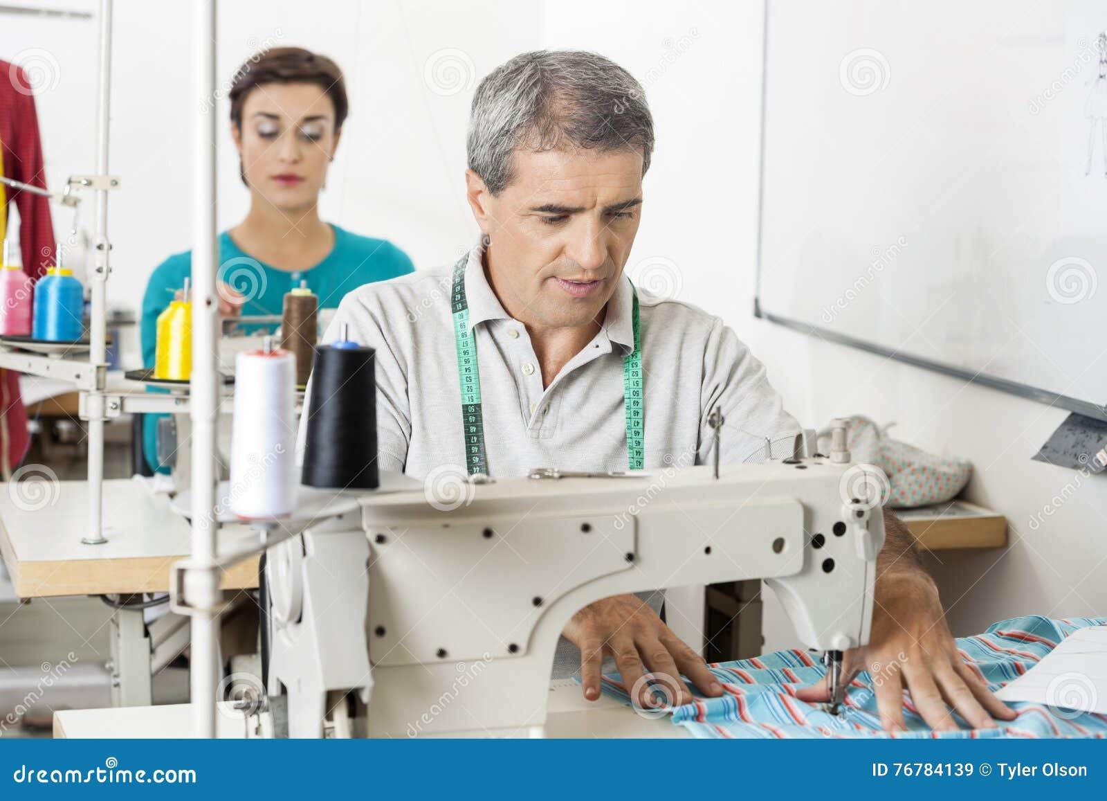 Портной используя швейную машину в фабрике Стоковое Изображение ...