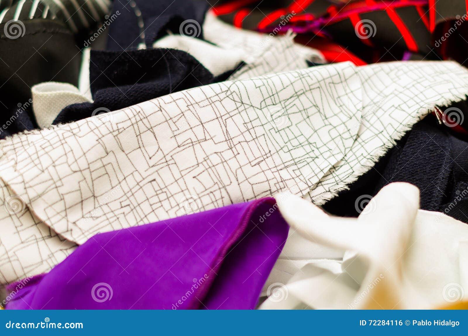 Download Портной и Dressmaker работают продукты, различные цвета и текстуры ткани Стоковое Фото - изображение насчитывающей backhoe, marketplace: 72284116