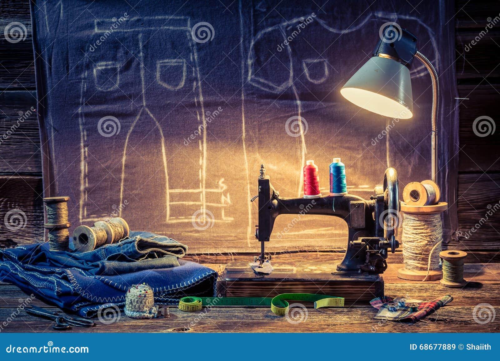 Портняжничайте мастерскую с тканью, швейной машиной и ножницами