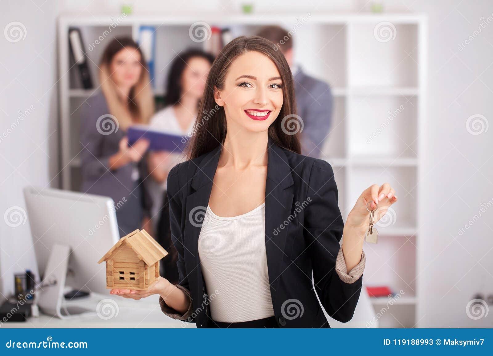 Портрет агента недвижимости при семья получая новый дом Бизнес
