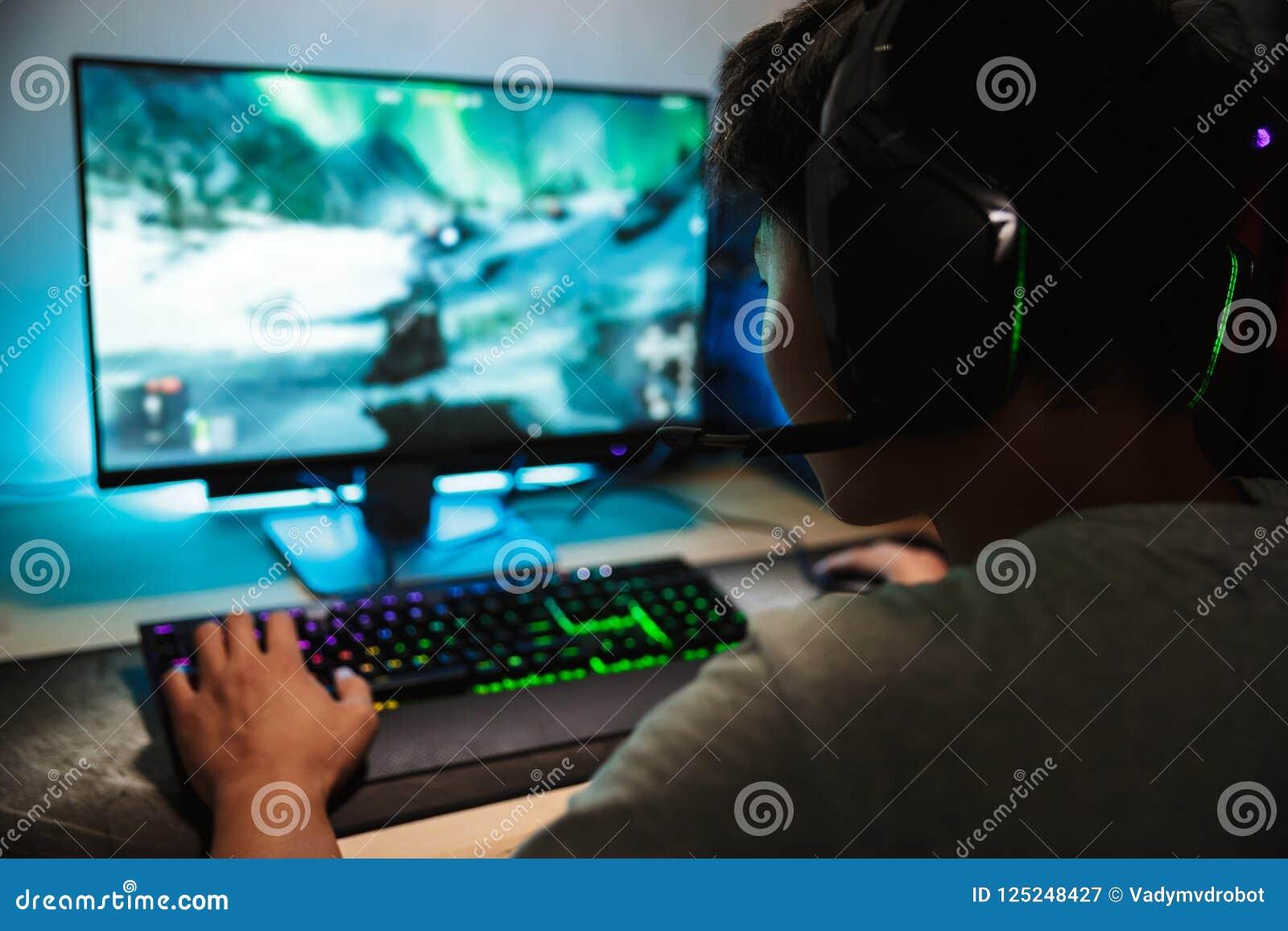 Портрет азиатского подросткового мальчика gamer играя видеоигры онлайн o