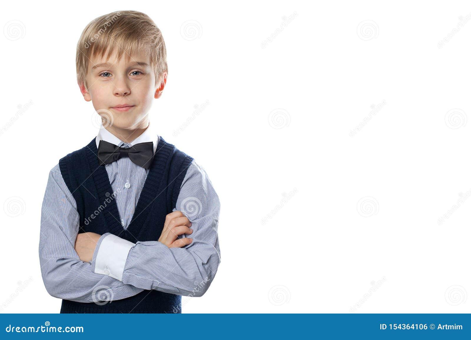 Портрет белокурого мальчика в классическом костюме с бабочкой