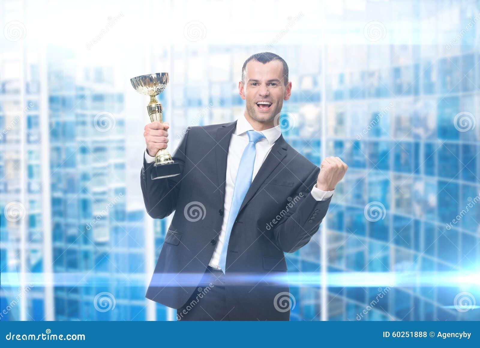 Портрет бизнесмена с золотой чашкой