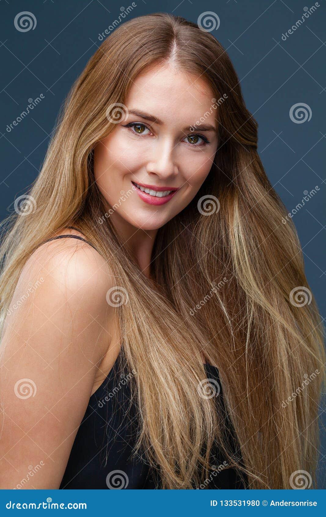 Портрет близкий вверх молодой красивой белокурой женщины