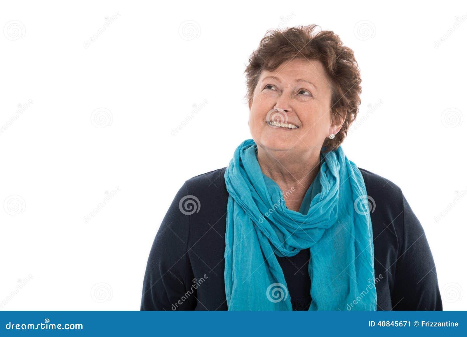 Портрет: более старая женщина изолированная над белизной усмехаясь до текста