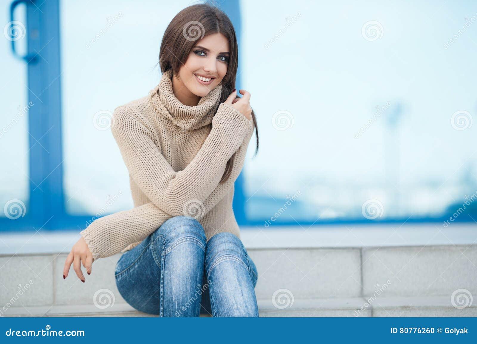 Портрет весны красивой женщины outdoors