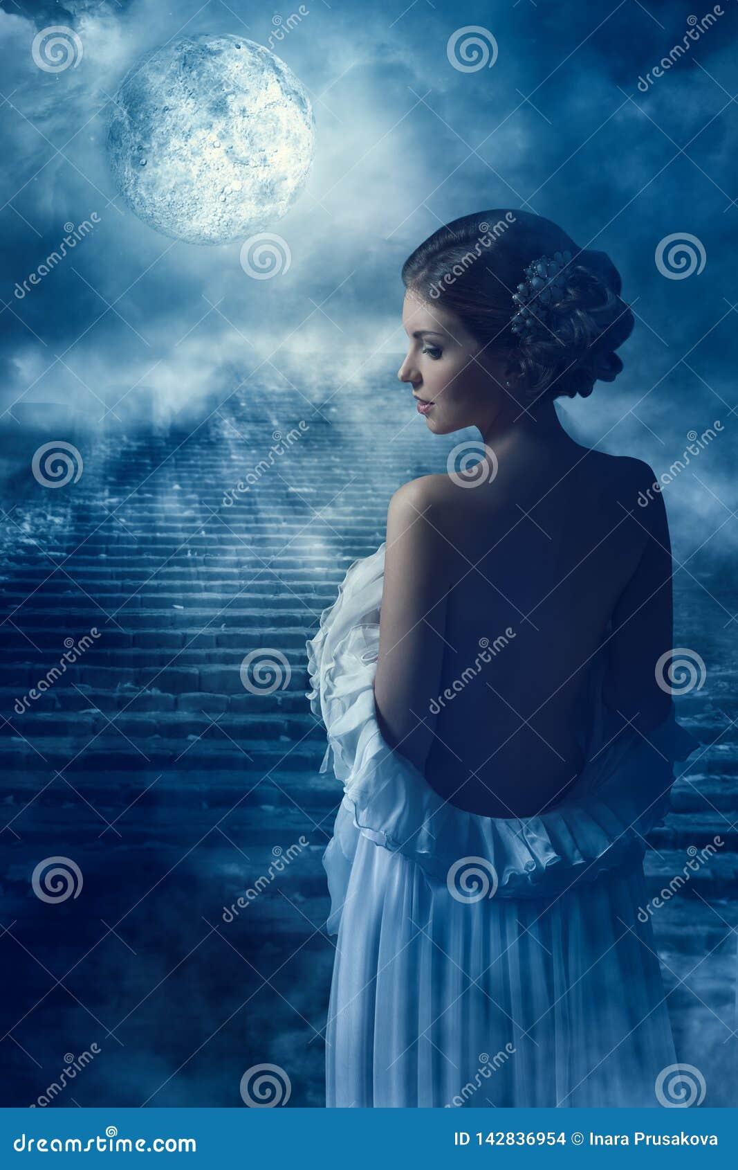 Портрет вида сзади женщины фантазии задний в свете луны, девушке феи мистической в ночи